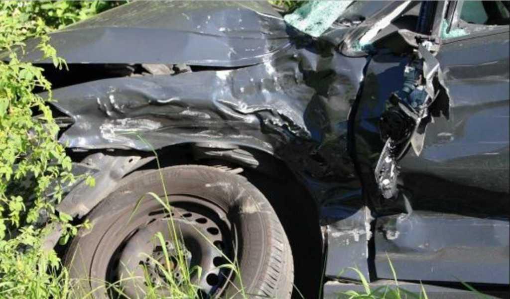 «На бешеной скорости вылетел на встречную полосу»: Легковушка лоб в лоб столкнулся с микроавтобусом, пострадали дети
