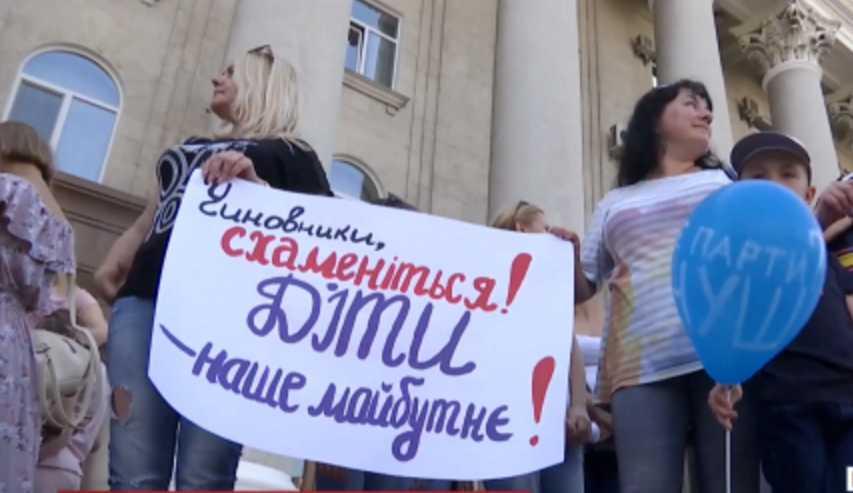 Новая украинская школа для первоклассников: родители выходят на протесты и распиливают пополам парты