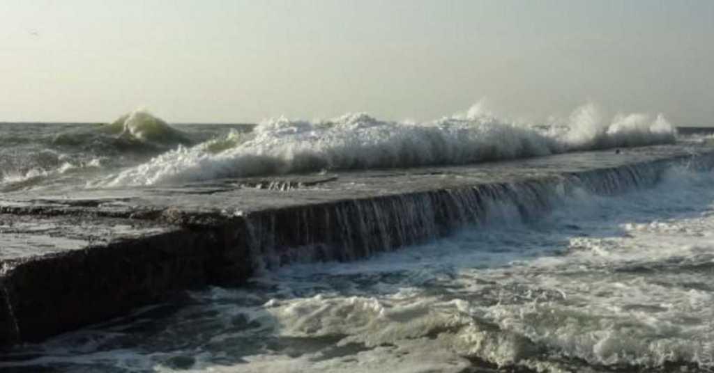 «Ему пытались помочь, но попытки были тщетными»: Мужчину смыло волной в море продолжаются поиски