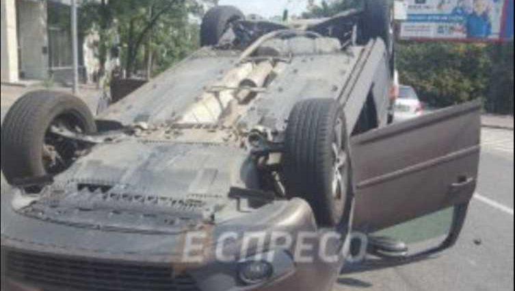 Очевидцы сразу бросились на помощь: В центре Киева Jaguar мощно протаранил Volkswagen, перекинув его на крышу