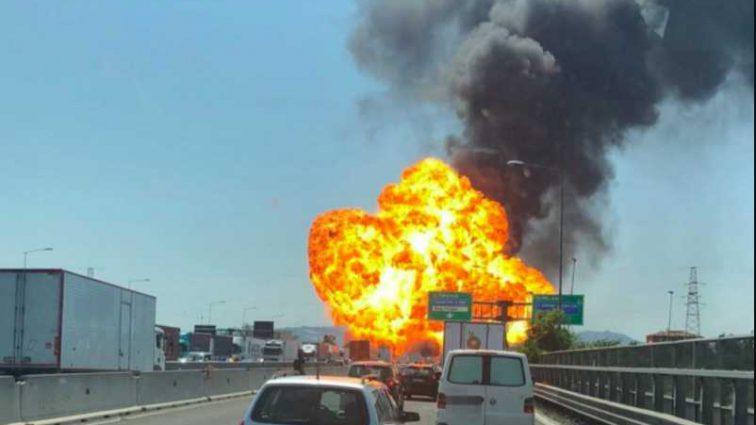 «Горят десятки авто и стонут обгоревшие люди»: В известном аэропорту прогремел мощный взрыв
