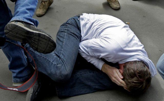 Били его руками и ногами: Толпа школьников жестоко избил учителя, первые подробности