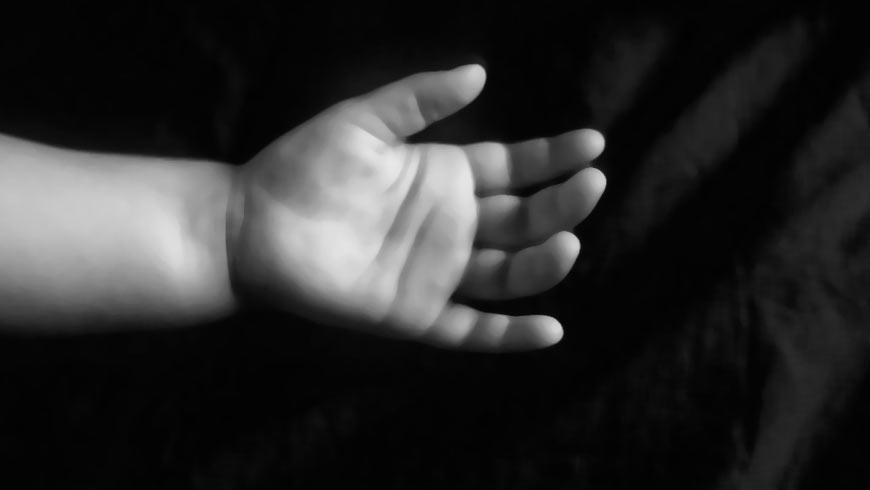 Хуже зверя: В Киеве нашли горе-мать, которая выбросила своего новорожденного ребенка на помойку и оставила умирать