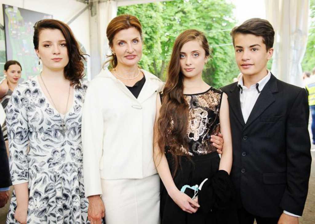 По-королевски! Марина Порошенко с дочерьми поразили невероятными вышивками (Фото)
