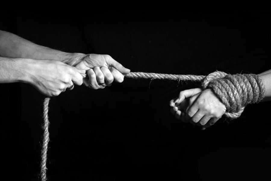 «Заставляли удовлетворять все фантазии»: Супруги продавали своего 10-летнего сына в интернете в рабство