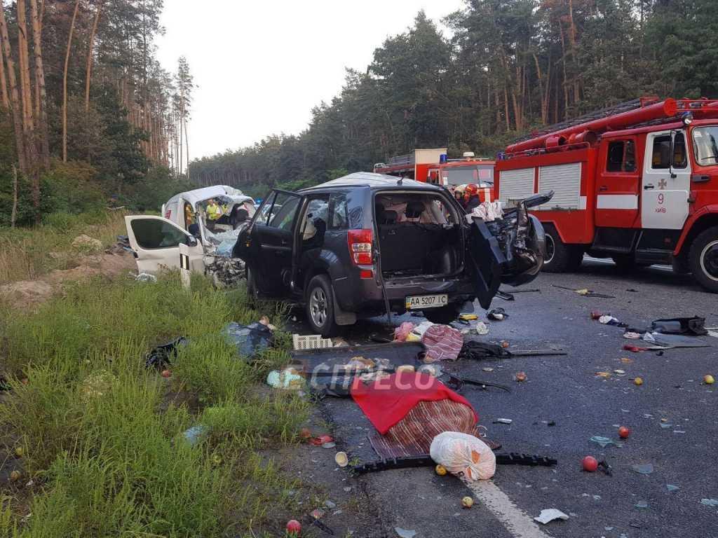 «Еще живого вырезали из авто, но не успели» Под Киевом в результате мощной аварии погибли 4 человека