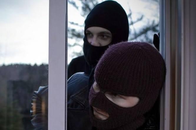 Угрожали гранатой и требовали деньги: В Киеве неизвестные напали на дом известного чиновника