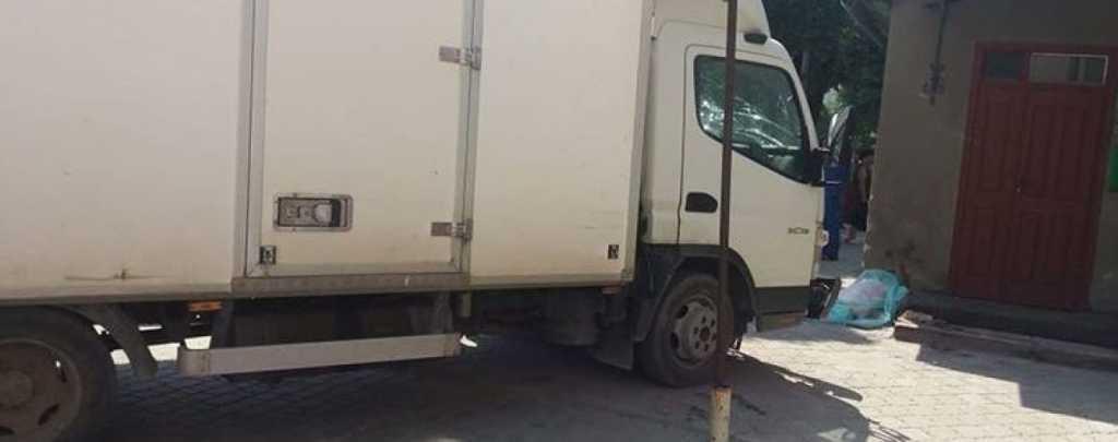 «Девочка умерла еще до приезда врачей»: Грузовик выехал на тротуар и просто снес мать с ребенком