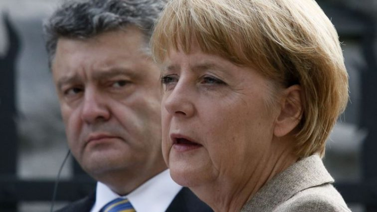 Перед визитом Путина: сообщили, о чем говорили Порошенко и Меркель