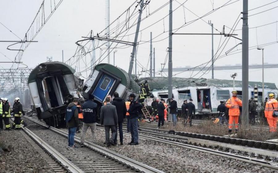На востоке пассажирский поезд на полном ходу слетел с рельсов, пострадали дети