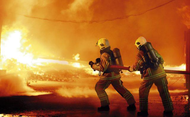 Люди задыхаются от дыма и бегут из домов: В Германии мощный пожар охватил столицу