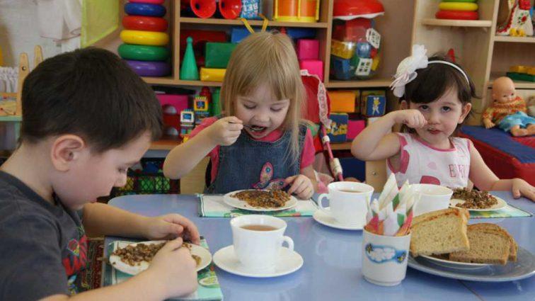 «Что мне дали на кухне, то я и поставила на стол»: В детсаду ребенка накормили кашей с червями