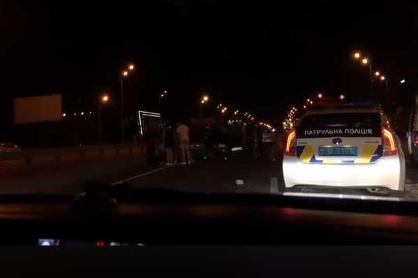Жуткая ДТП в Киеве: Два автомобиля на бешенной скорости врезались друг в друга, есть жертвы