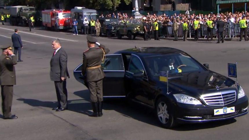 Не выдержал: солдат почетного караула потерял сознание перед Порошенко на параде посвященном Дню Независимости