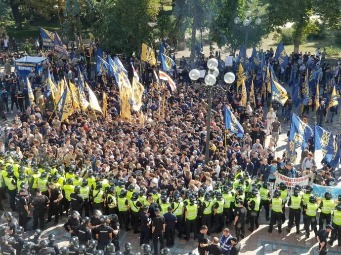 Бросали петарды и пытаются штурмом пробраться в раду: Под ВР снова схватки, разъяренные активисты требуют немедленных действий