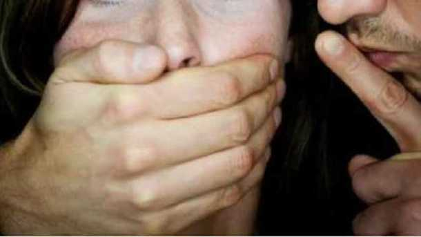 По среди белого дня в центре Киева неизвестный изнасиловал девушку