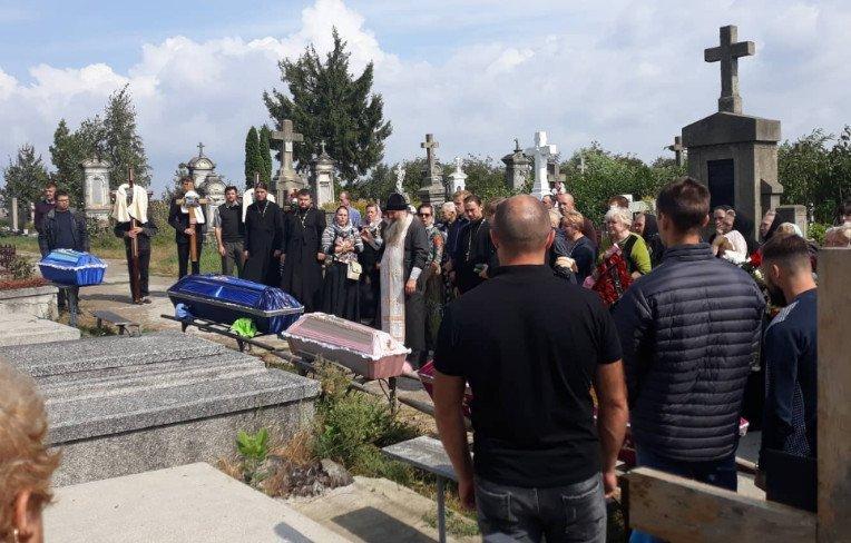 «Люди не просто плакали — они рыдали!»: В Черновцах похоронили погибшую в страшном ДТП семью с маленькими детьми