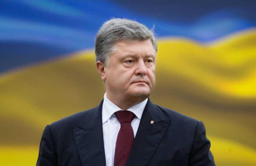 «Это президент которого я не уважаю!»: Волонтер публично порвал грамоту от Порошенко