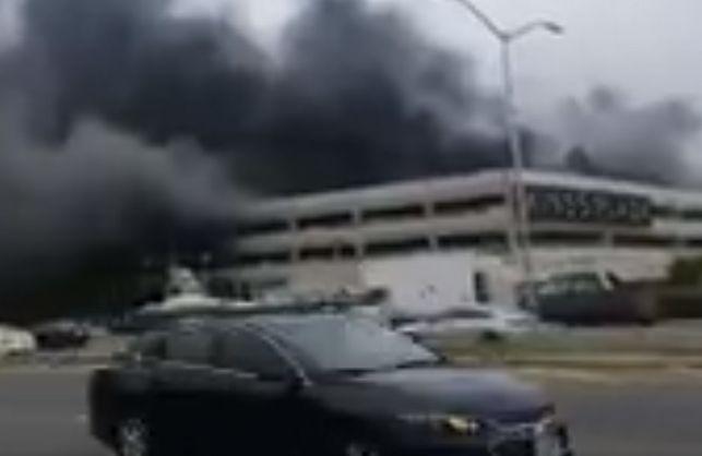 В огне сгорели сотни машин, а пламя было видно на несколько километров: В нью-йоркском торговом центре произошла масштабная пожар, первые подробности