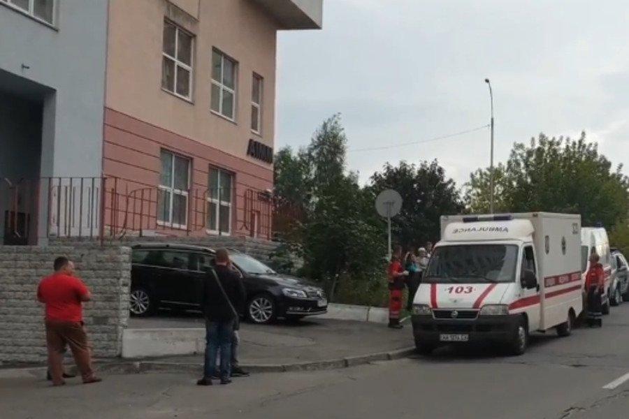 Ее кеды улетели на 20 метров: в Киеве девушка при загадочных обстоятельствах выпал из окна многоэтажки