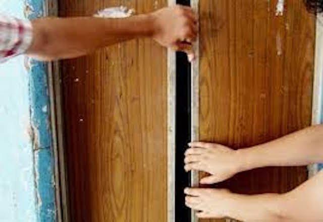 Ребенок плакал, а мать не знала что делать: Во Львове годовалый ребенок в коляске застряла в лифте