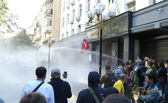 Бросали в окна мостовую и выломали двери: Возле ГПУ пикетируют разъяренные активисты, требующие немедленных действий