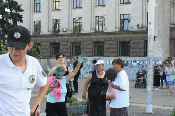 Плакала за Кобзоном и Захарченко: в Одессе наказали фанатку «русского мира»