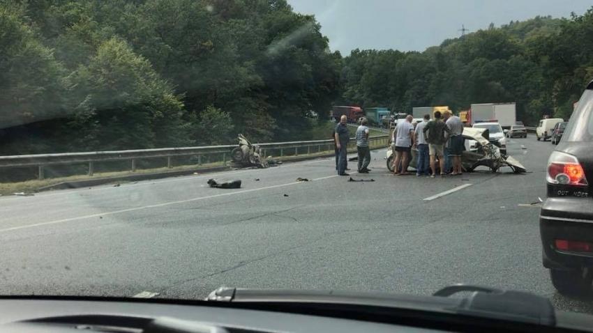 Автомобиль разлетелся на две части: На Львовщине два автомобиля на большой скорости столкнулись лоб в лоб