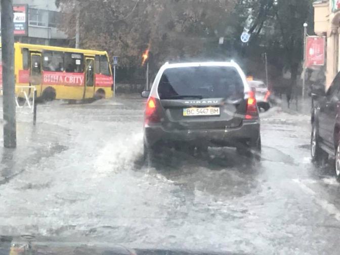Часовая гроза с незначительным дождем снова превратила улицы Львова в реки: Первые детали и фото