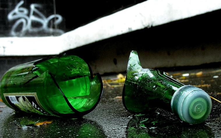 Хотели перерезать горло разбитой бутылкой: подростки пытались убить свою одногруппницу