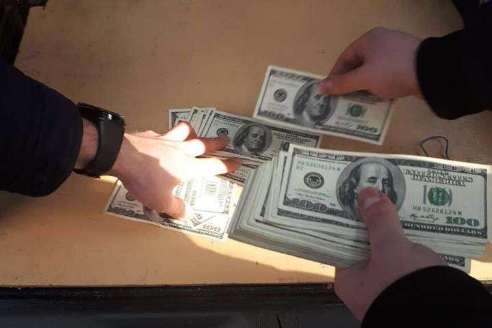На Буковине чиновника поймали на крупной взятке