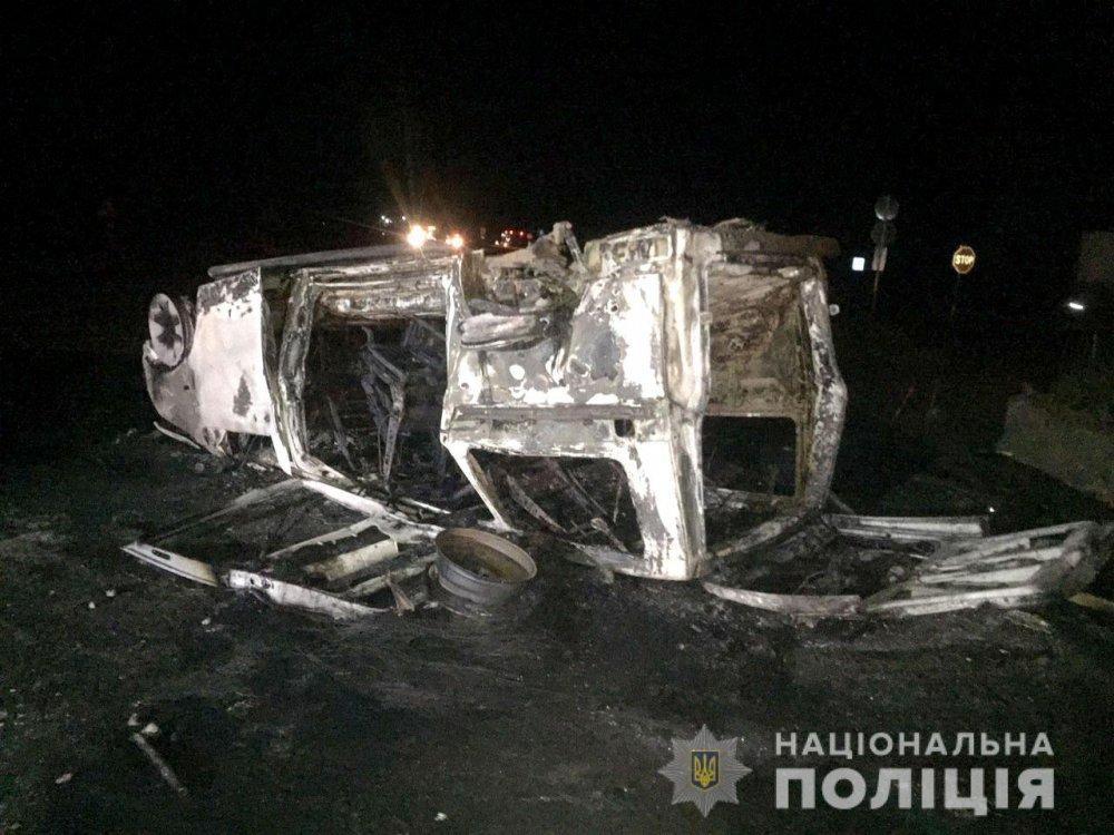 Не справился с управлением: микроавтобус с пассажирами перевернулся и сгорел