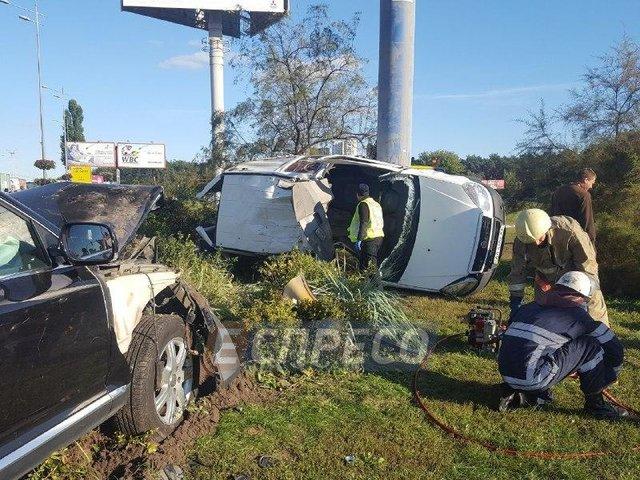 Жуткая ДТП в Киеве: легковушка на бешеной скорости врезался в опору билборда, есть жертвы