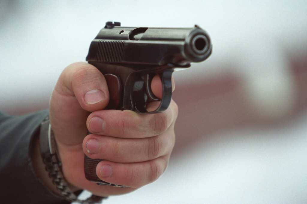 На Киевщине неадекватный мужчина устроил стрельбу на АЗС: есть жертвы