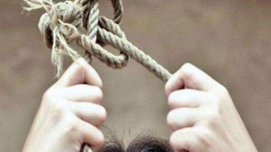 В петле ее нашли дети: В Киеве многодетная беременная женщина совершила самоубийство, жуткие подробности