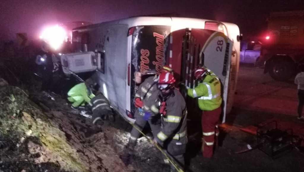 Жуткая ДТП с туристами: Перевернулся пассажирский автобус, погибли не менее 11 человек
