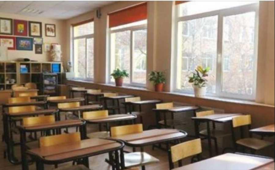 «Жестокая, истерическая женщина»: В Сети стали на защиту ученика, напавшего на учительницу