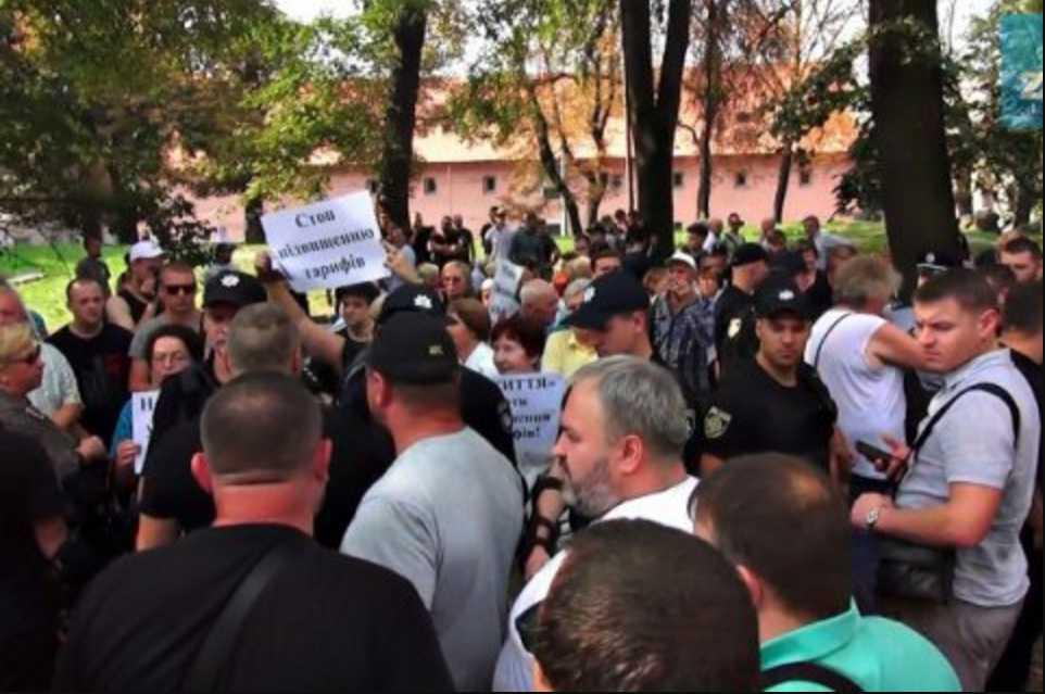 Во Львове пророссийских активистов забросали помидорами, показали фото разборок