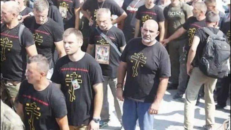 «Приготовьтесь к войне!»: Почему молодые в провокационный футболках пришли к Почаевской лавры