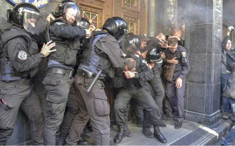 Испорченный фасад и много пострадавших: сообщили о последствиях драки под ГПУ