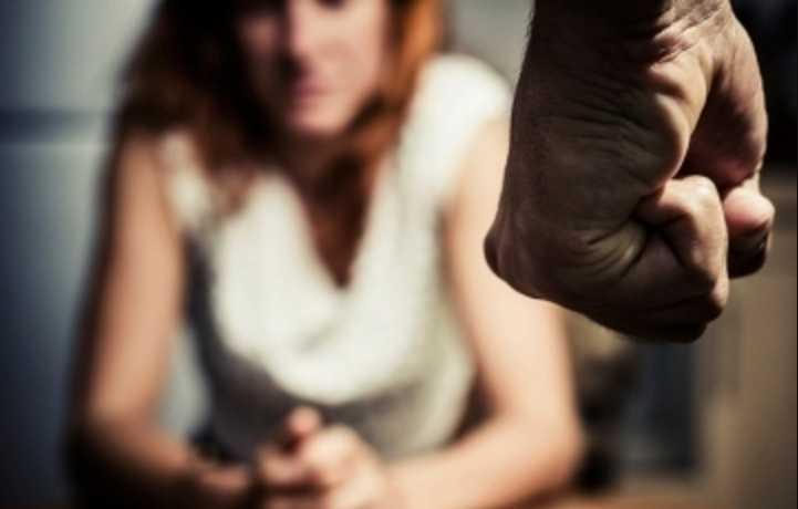 «Набросилась, била и выкручивали руки»: Учителей школы избили на глазах у директора