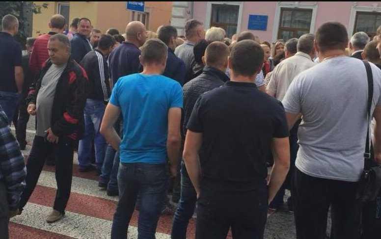 Во Львовской области люди массово вышли на дорогу, ведущую к границе с Польшей: что происходит