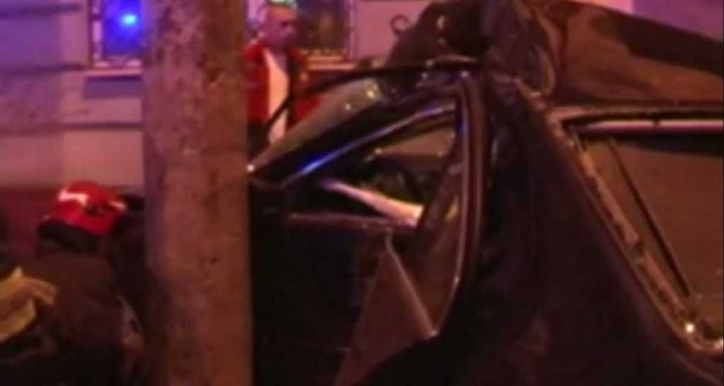 Опасная ДТП: Во Львове BMW вылетел на тротуар и врезался в столб