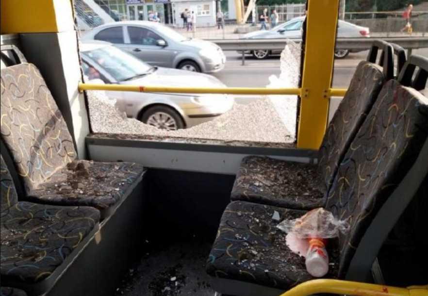 Средь бела дня: мужчина устроил стрельбу в киевском троллейбусе