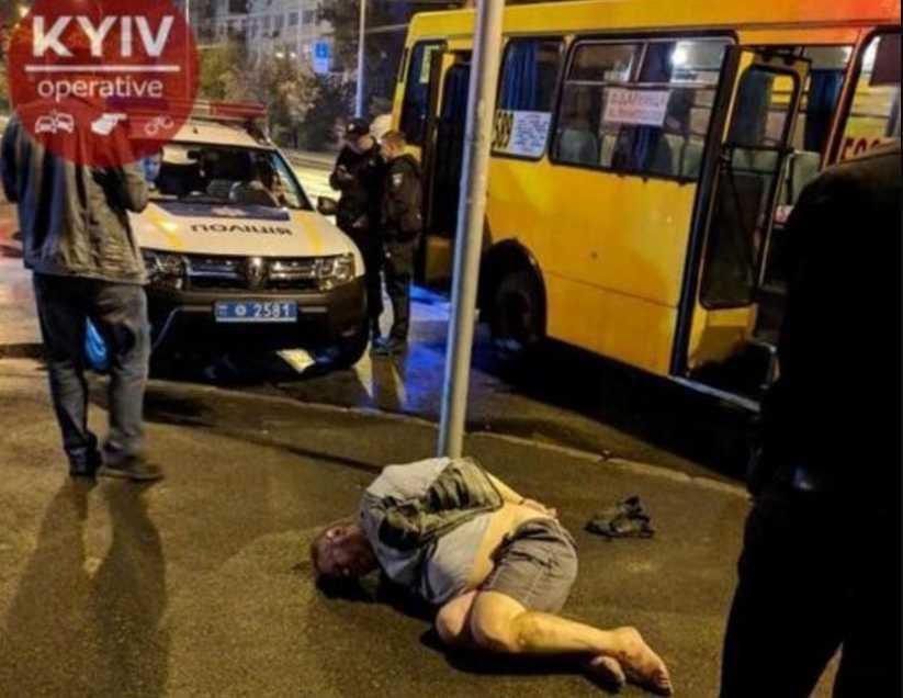 Сделал ему замечание: в Киеве пьяный пассажир маршрутки воткнул в юношу нож