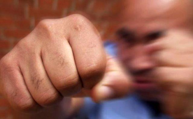 Ничего не объяснив набросился с кулаками: В Киеве неадекватный охранник жестко избил покупателя