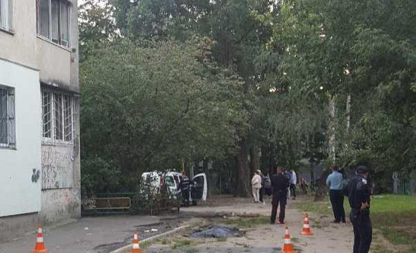 Убитые горем родители не могут поверить в случившееся: В Киеве девушка-подросток прыгну из окна 11 этажа