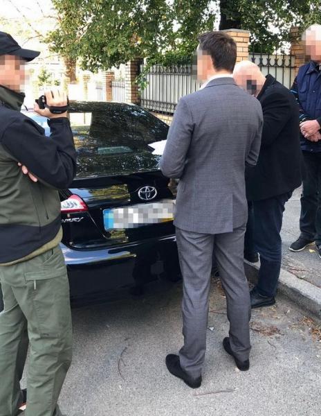 Взятки брал систематически и немалые: чиновника Главного сервисного центра МВД поймали на горячем