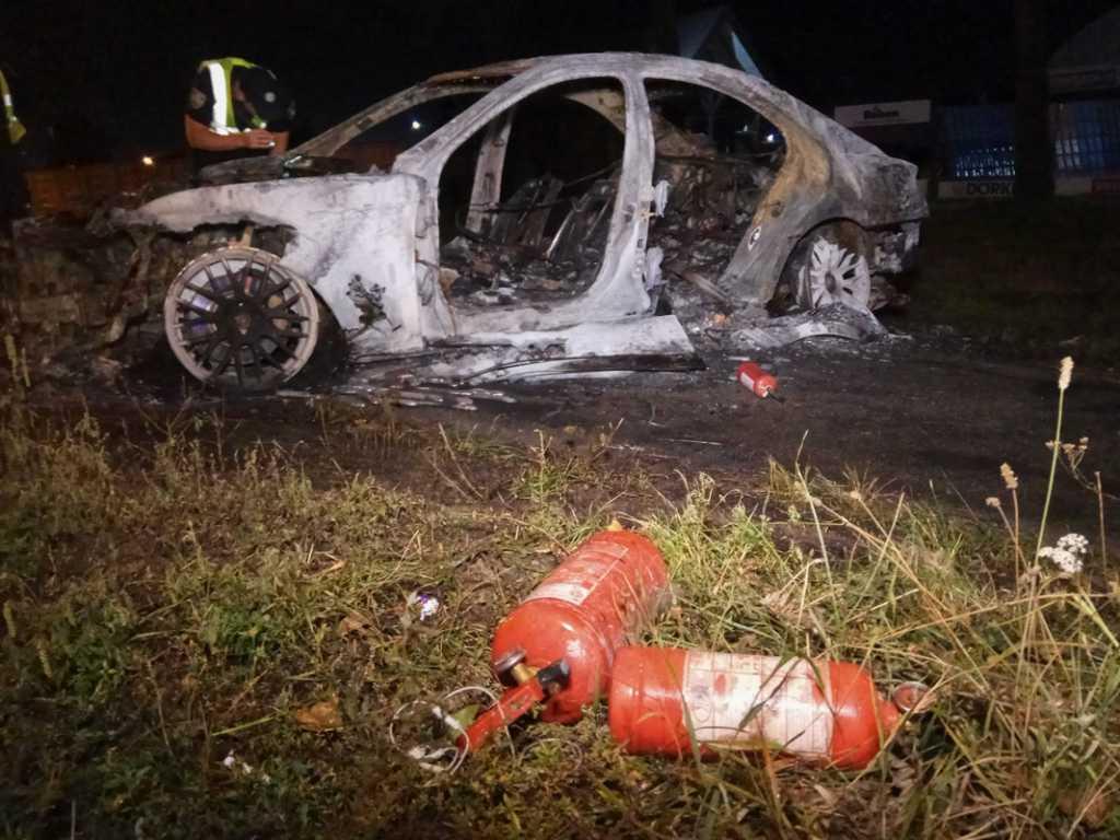 Пытался сбежать: В Киеве Mercedes попал в ДТП и сгорел дотла