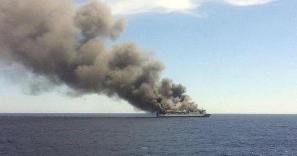 В открытом море загорелся паром с туристами: Много жертв, тела продолжают искать